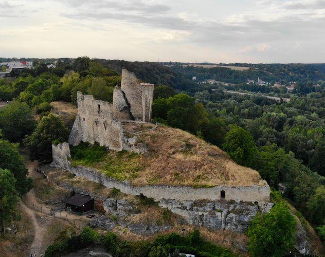 zřícenina hradu Michalovice, v pozadí zřícenina hradu Ralsko (autor: Mkrupa, zdroj: mapy.cz)