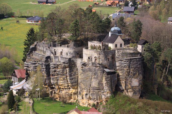 skalní hrad Sloup (autor: Weissivo, pořízeno 28. 4. 2016, zdroj: mapy.cz)