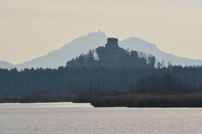 zřícenina hradu Jestřebí, v pozadí hrad Bezděz; hotel Bezděz leží mezi oběma hrady (autor: Pcharvat, pořízeno 22. 11. 2013, zdroj: mapy.cz)