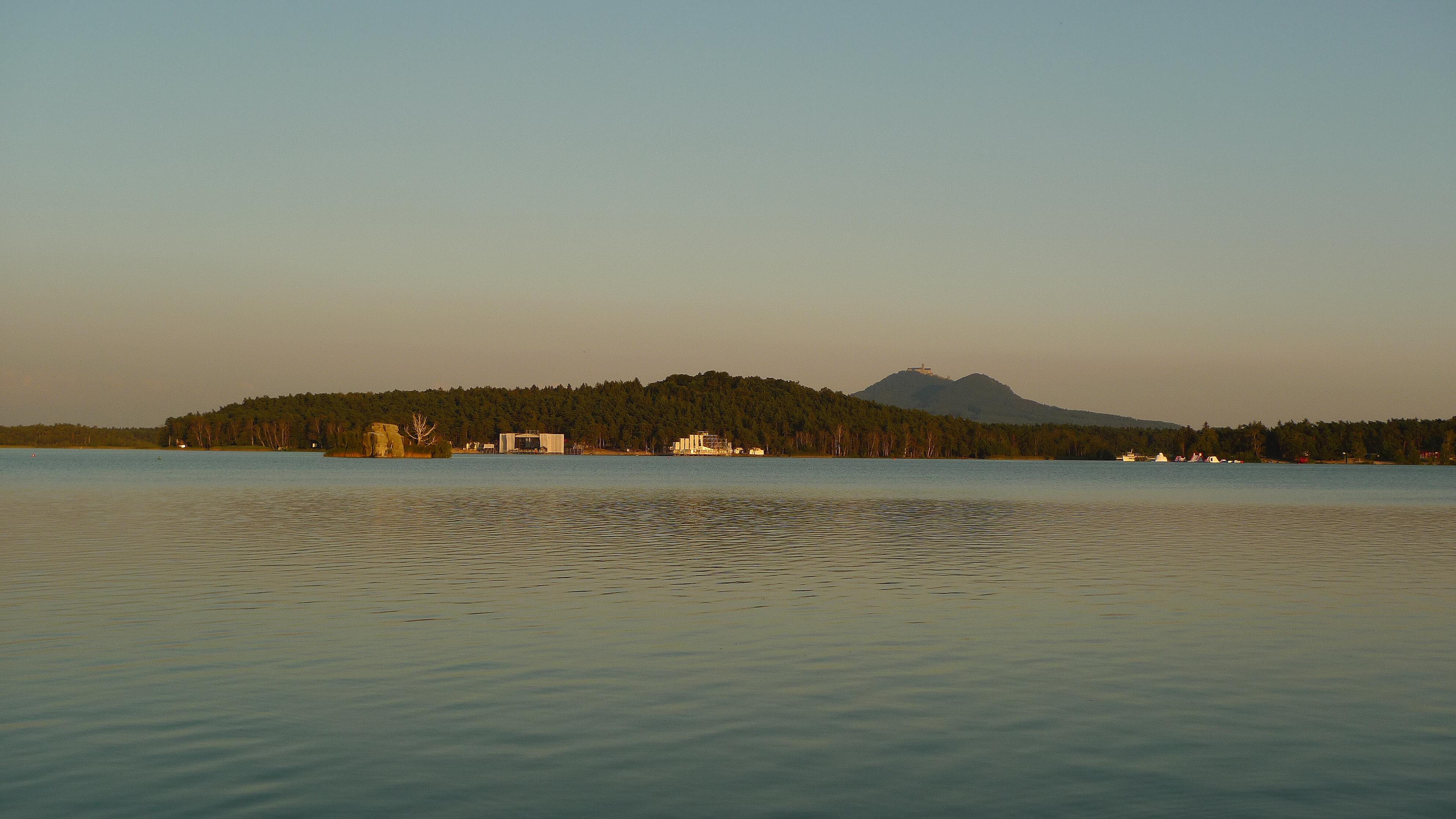 pohled z pláže nedaleko hotelu Bezděz na hrad Bezděz (autor: VMG Česká Lípa, pořízeno 17. 8. 2016)