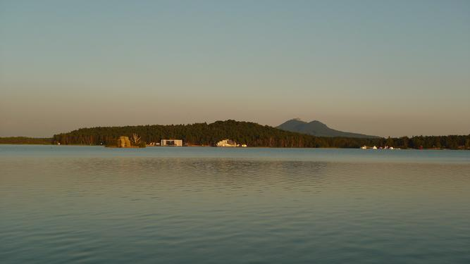 pohled z pláže nedaleko hotelu Bezděz na hrad Bezděz (autor: VMG Česká Lípa, pořízeno 17. 8. 2016, zdroj: mapy.cz)